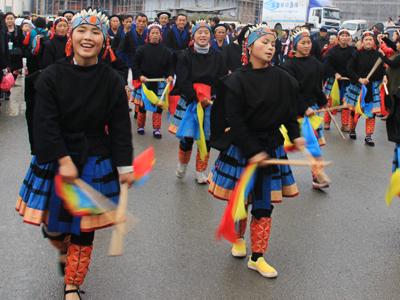 南丹县独特亮丽的民族服饰如缤纷彩云