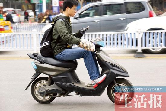 南宁拟立法规范电动车 骑车不得打手机吃东西