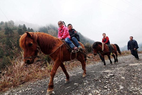 桂林龙胜瑶族留守儿童骑马上学
