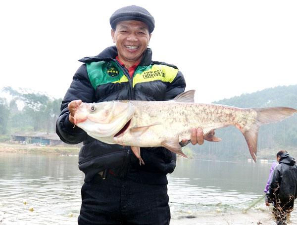 上林县创业者谢和平傻人有傻福 别人忧鱼长得慢他却怕鱼长太快