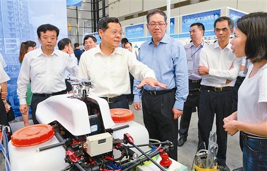 广西首届工业博览会隆重开幕 陈武宣布开幕并参观展览