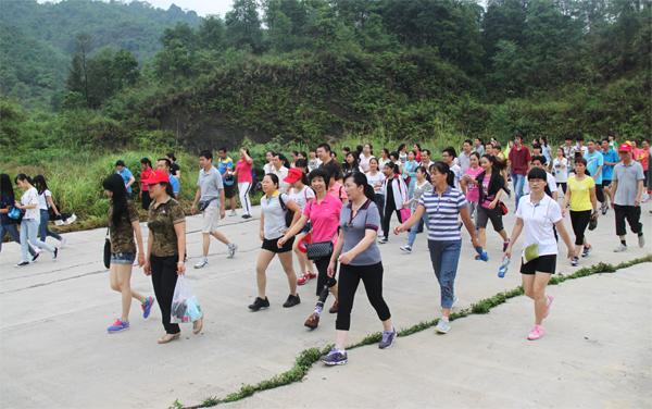 千名游客徒步登山 享受上林生态养生之旅