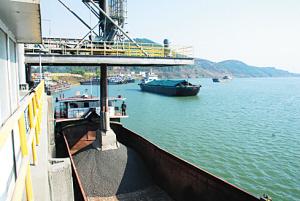 覃塘辖区内繁忙的港口码头。(莫桂平 摄)