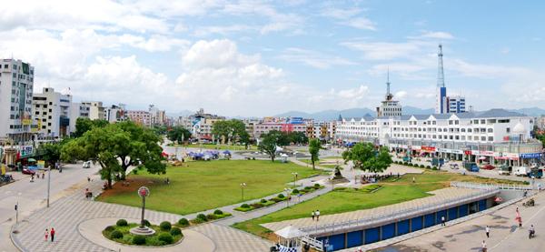 钟山县投入3500万元建设,集集会、商业、休闲、娱乐为一体的新世纪广场全景.jpg
