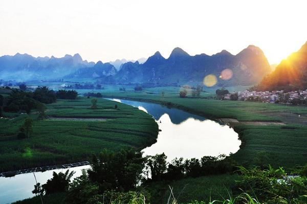 """""""月亮湾""""位于广西百色市田东县境内的龙须河河段,离田东县城约13公里,弯曲的河道就象弯弯的月亮,每当夕阳下山的余辉洒在河"""