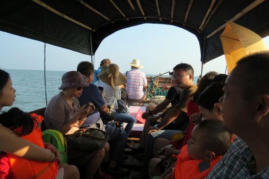 网友们乘坐小船去往金滩