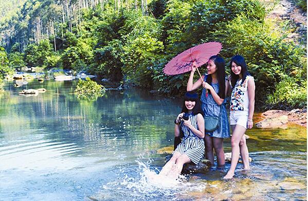 """在博白县东平镇石角村榄田寨峰山涧里玩得正""""嗨""""的游客。.jpg"""