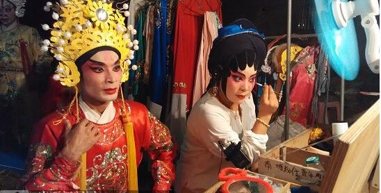 南塘村青年剧团演员在后台精心化妆.jpg