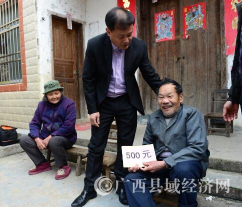"""昭平县富罗镇:老党员喜领党员产业合作社""""分红"""""""