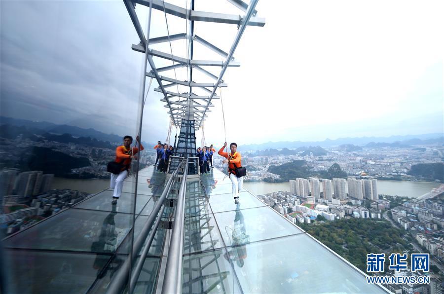 柳州:303米楼顶建高空玻璃栈道