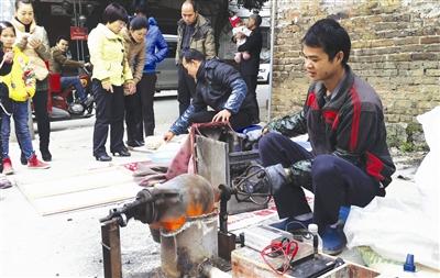 罗城:街头现传统手工爆米花 引发市民甜蜜回忆