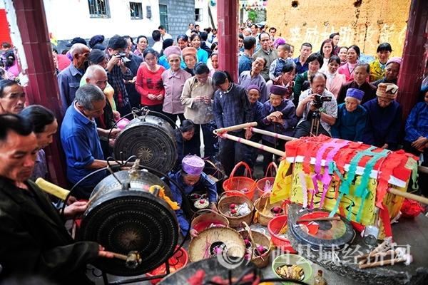 图四:村民聚集在蚂拐亭祭拜蚂拐,韦禄东摄_副本.jpg