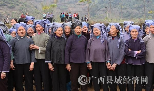 图九:老人们聚在一起,唱起祈福的山歌。韦禄东摄_副本.jpg