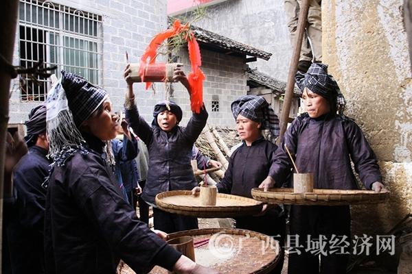 """图三:举行""""蚂拐游村寨""""仪式,游行队伍每到一户都要朗诵祝福语,祝其全家幸福安康。韦禄东摄_副本.jpg"""
