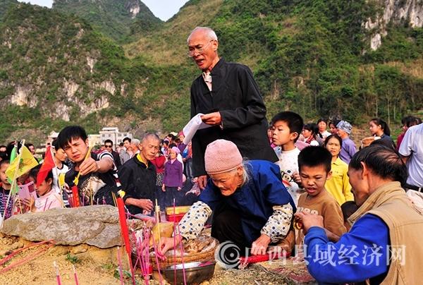 """图五:村民聚集在蚂拐""""墓""""前焚香烧纸,祈求新的一年风调雨顺、五谷丰登。韦禄东摄_副本.jpg"""