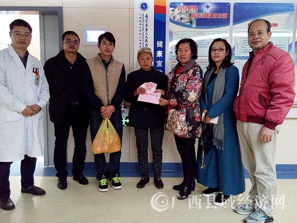 县促会常务副秘书长杨丽英率爱心人士慰问先心术后病人