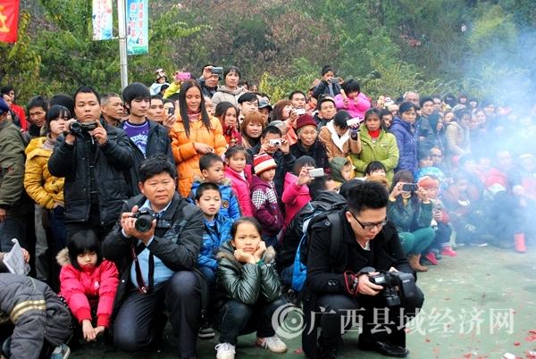 春节在现场采访群众文体活动_副本.jpg