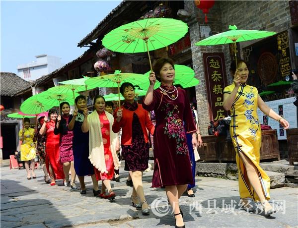 昭平:千年古镇上演旗袍秀