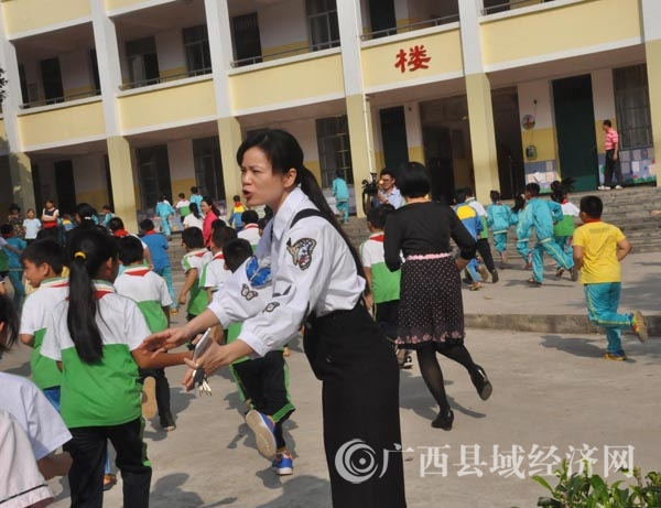 宁明举行2016年春季学期校园反恐防暴应急演练