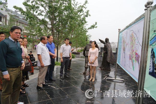 到县永安王城景区观看展板,了解县城规划情况