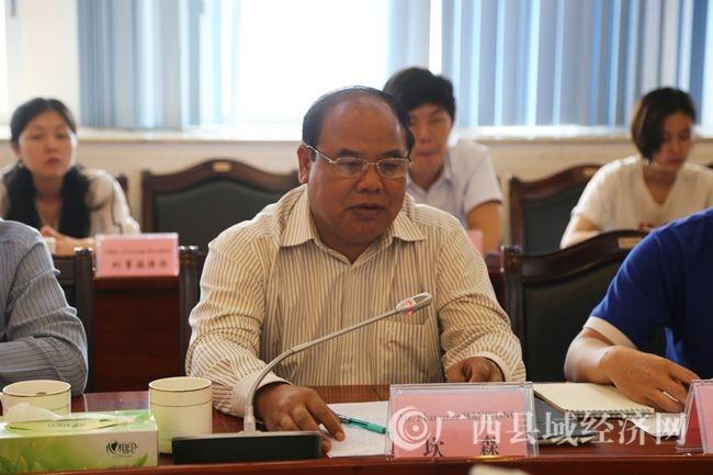 老挝川圹省省委常委、副省长坎森在座谈会上讲话