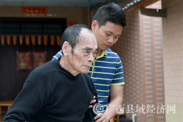 陈玉把中华民族孝老爱亲的传统美德一代一代传承下去当做自己的责任。在他们夫妻俩的影响下,儿孙们非常孝顺老人、尊重他人。图为