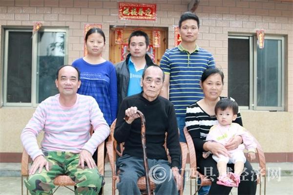 这是一个四代同堂、其乐融融的大家庭。 儿孙晚辈对老人敬爱有加,长辈理解支持晚辈,全家人互敬互爱,人人称赞,是村民们心目中