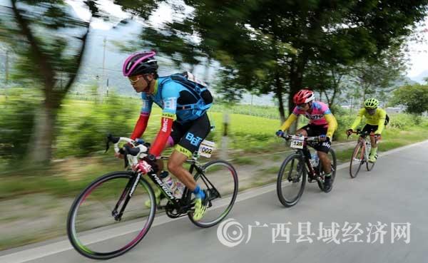 图6:7月23日,209国道广西柳州市融安县浮石镇路段,参赛选手在比赛中骑行。(谭凯兴 摄).JPG