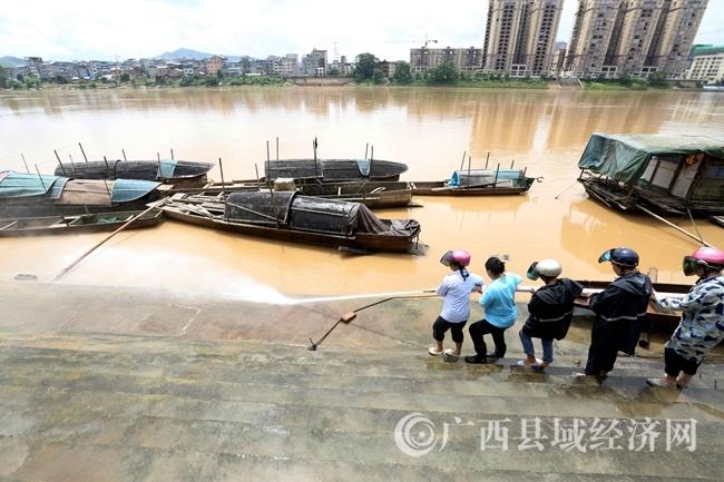 融安县:洪峰过后忙清淤