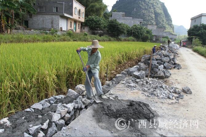 大新:管护乡村公路,助力精准扶贫