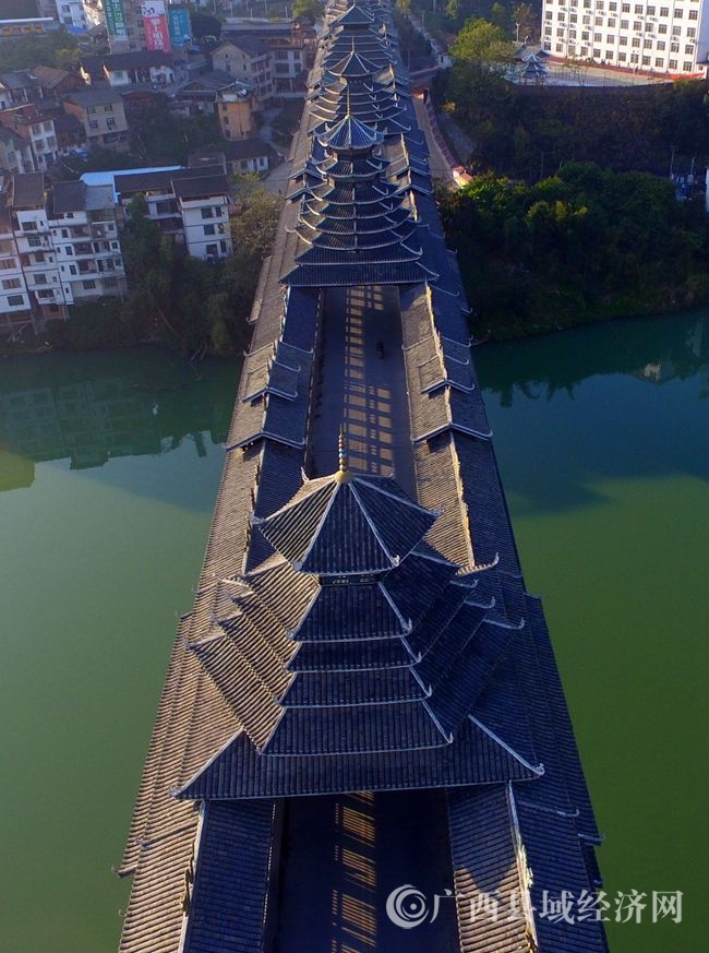 图3:12月6日,航空拍摄的广西柳州市三江侗族自治县浔江上的三江风雨桥。(谭凯兴 摄)