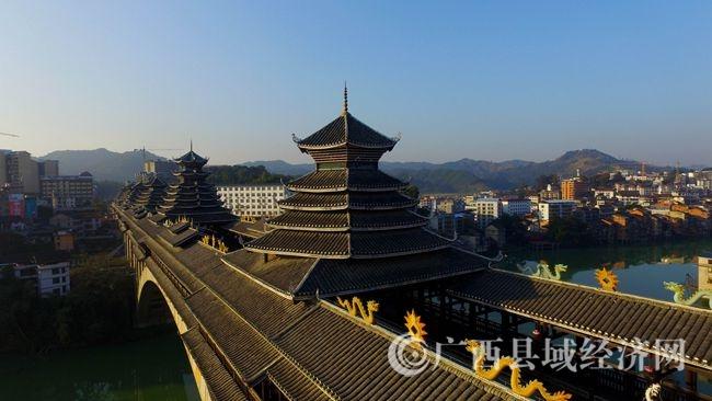 图2:12月6日,航空拍摄的广西柳州市三江侗族自治县浔江上的三江风雨桥。(谭凯兴 摄)