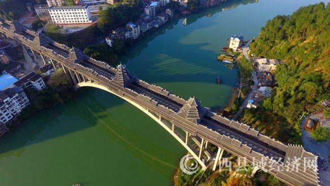 图4:12月6日,航空拍摄的广西柳州市三江侗族自治县浔江上的三江风雨桥。(谭凯兴 摄)