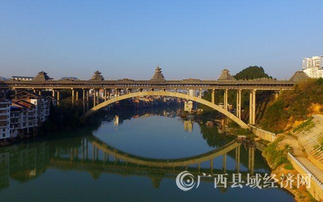 图5:12月6日,航空拍摄的广西柳州市三江侗族自治县浔江上的三江风雨桥。(谭凯兴 摄)