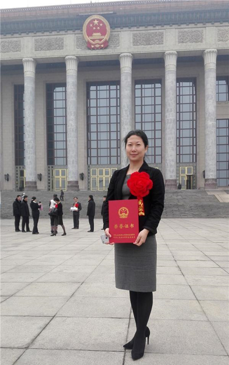 柳州市旅游发展委员会主任刘莉手捧证书在人民大会堂前留影