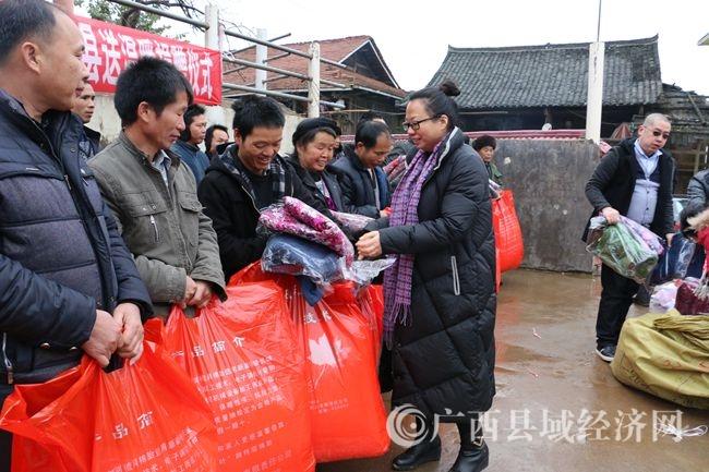 照片 177融水县常委、县委统战部长唐文萍给贫困户发放捐赠物品