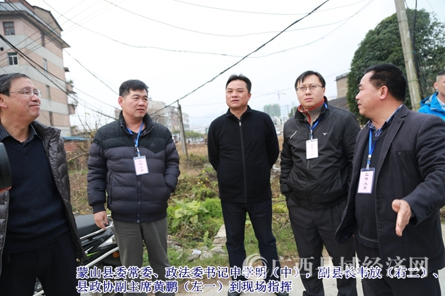 县委常委、政法委书记申学明(中),副县长韦放(右二)、县政协副主席黄鹏(左一)到现场指挥.JPG