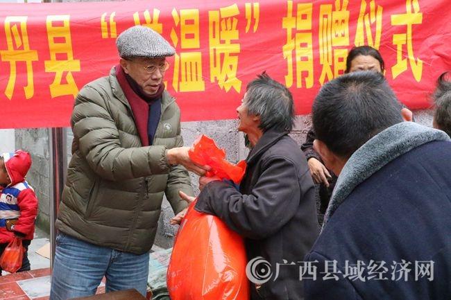 0W6A3234香港众善堂理事长、柳州市政协港澳委员潘锭钊先生为困难群众捐赠.JPG