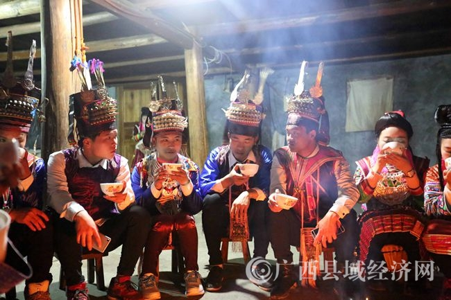 融水:红瑶村里感受坐妹