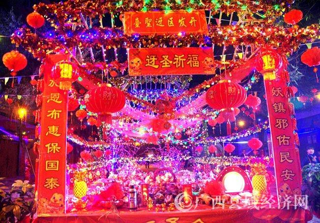 五彩缤纷的迓圣台上摆放着各式各样地祭品.jpg