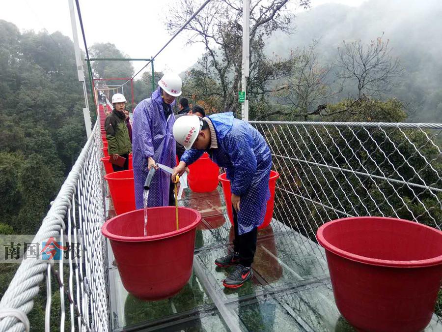 """22.5吨重压加于桥身 融水玻璃悬索桥接受""""体检"""""""