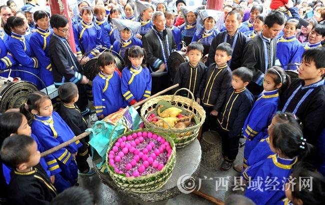 """东兰县壮族群众欢度""""蚂拐节"""""""