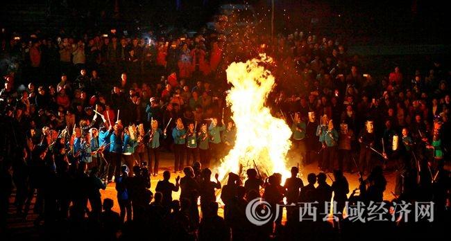 入夜,人们戴上代表各路神仙的面具,手握棍剑,围着篝火跳起了驱魔舞,意在驱除妖孽,保一方平安(韦禄东 摄)-2