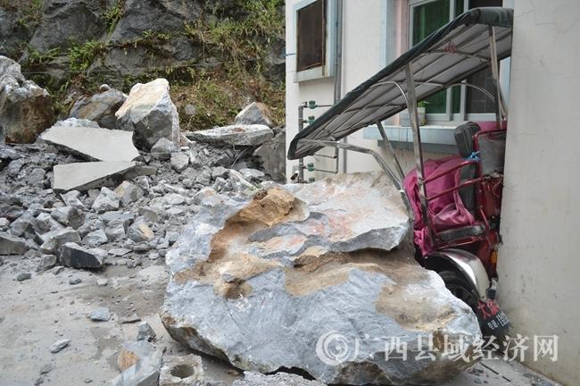 4月21日中午,城中小区落下巨石,砸坏一三马车,崩出的石块弹对一面包车右前大灯。