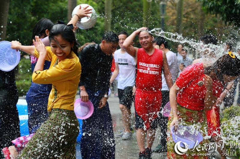 """东南亚留学生与中国学子共同喷洒""""福气"""""""
