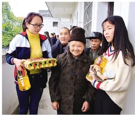 桂林市临桂区两江中学组织师生到敬老院慰问五保老人