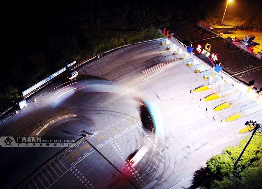 南宁绕城高速发生四车相撞事故 造成10人死1人伤