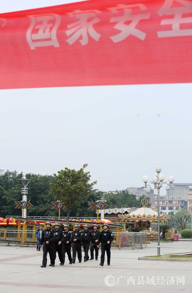 图13:4月14日,公安民警在广西柳州市融安县长安广场巡逻。(谭凯兴 摄)