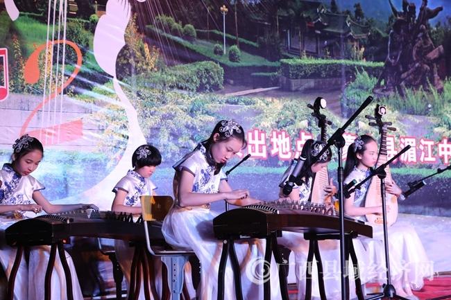 梧州市中学生艺术团到蒙山县举行高雅艺术进乡村慰问演出活动