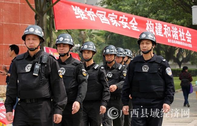 图12:4月14日,公安民警在广西柳州市融安县长安南路巡逻。(谭凯兴 摄)